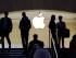 En esta fotografía del 22 de mayo de 2015, clientes y personal se paran en la entrada de una tienda Apple en Nueva York. Apple Inc. reportó el martes 21 de julio de 2015 sus utilidades trimestrales. (Foto AP/Mark Lennihan)