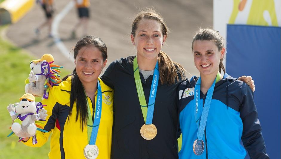 De izda a dcha., Domenica Azuero Gonzalez de Ecuador, medalla de plata, Felicia Stancil de Estados Unidos, medalla de oro y Mariana Diaz de Argentina, medalla de bronce, posan para la prensa tras ganar la carrera femenina BMX durante los Juegos Panamericanos de Toronto 2015 este sábado 11 de julio. EFE/WARREN.