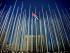 Una bandera cubana vuela entre astas vacías cerca del edificio de Sección de Intereses de Estados Unidos. (Foto AP/Ramón Espinosa)