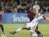 El futbolista del FC Barcelona Luis Suárez (c) se enfrenta a AJ DeLaGarza (dcha), de los Galaxy de Los Ángeles, durante un partido del torneo International Champions Cup en el estadio Rose Bowl de Pasadena, California (Estados Unidos) el 21 de julio de 2015. El FC Barcelona ganó el partido por 1-2. EFE/Paul Buck.