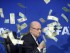 Foto de archivo. El presidente de la FIFA, Joseph Blatter, bajo una lluvia de billetes que le lanzó el humorista británico Lee Nelson, durante una rueda de prensa para presentar los resultados de la reunión del Comité Ejecutivo de la FIFA en su sede de Zúrich, Suiza, hoy, 20 de julio de 2015. EFE/ENNIO LEANZA.