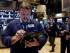El operador bursátil Michael Milano trabaja en el piso de remates de la Bolsa de Nueva York. (Foto AP/Richard Drew)