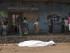 Varios lugareños del barrio de Nyakabiga congregados junto al cadáver de un hombre, que se cree era un miembro de un partido opositor, tras encontrarse el cadáver en una alcantarilla, en Buyumbura (Burundi) hoy, 21 de julio de 2015, durante la celebración de las elecciones presidenciales. EFE/Will Swanson
