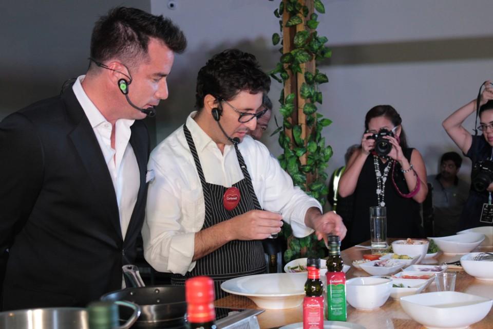El maestro de ceremonia Andrés Jungbluth junto a Santiago Granda, director de la Escuela de los Chefs. Foto: Johnattan Bedón/LaRepública