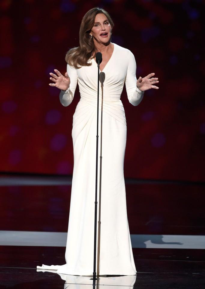 Caitlyn Jenner acepta el premio Arthur Ashe al valor en los premios ESPY en el teatro Microsoft, el 15 de julio de 2015, en Los Ángeles. (Foto de Chris Pizzello/Invision/AP)