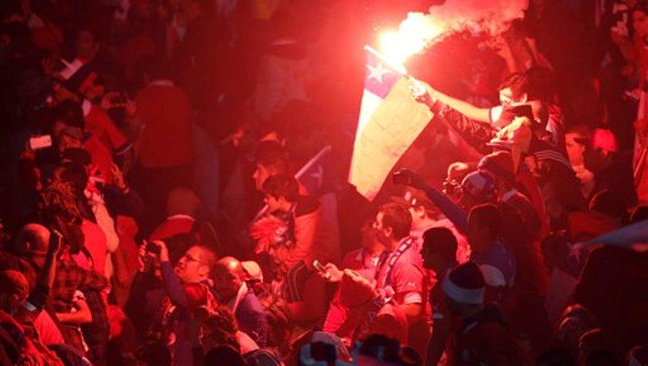 Hinchas de Chile festejan tras superar a Argentina por penales en la final de la Copa América el sábado, 4 de julio de 2015, en Santiago, Chile.(AP Photo/Silvia Izquierdo)