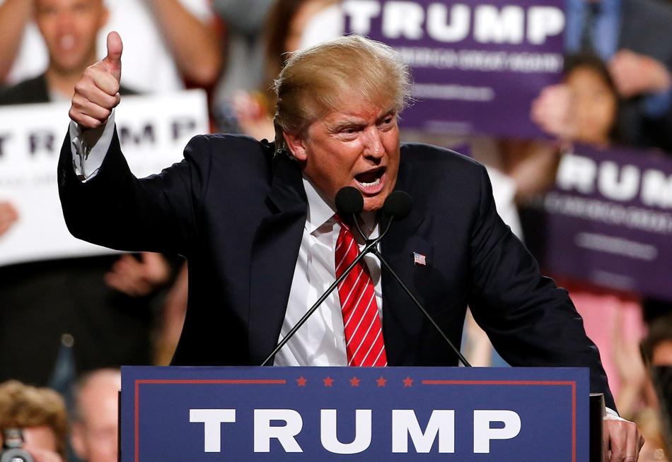 El precandidato presidencial republicano Donald Trump momentos antes de concluir un discurso en Phoenix, Arizona, el sábado 11 de julio de 2015. (AP Foto/Ross D. Franklin)