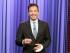 """En esta imagen difundida por la cadena NBC, el anfitrión de """"Tonight"""" Jimmy Fallon presenta su monólogo de apertura en la emisión del lunes 13 de julio del 2015, cuando volvió al estudio en Nueva York tras un accidente en el hogar en el que se cortó gravemente un dedo. (Douglas Gorenstein/NBC via AP)"""