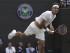 El tenista suizo Roger Federer sirve en el partido de cuartos de final contra Gilles Simon en Wimbledon el 8 de julio de 2015. (Foto AP/Pavel Golovkin).