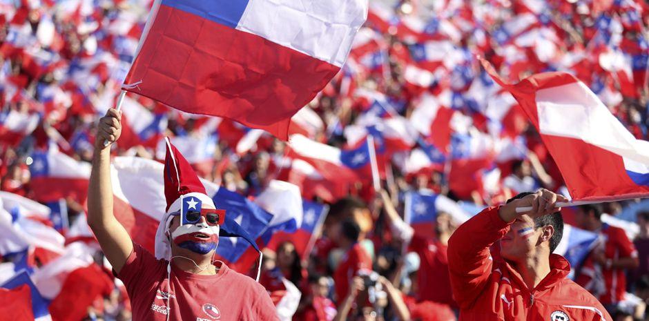 SANTIAGO DE CHILE (CHILE), 04/07/2015.- Aficionados chilenos en la grada antes del partido ante Argentina, correspondiente a la final de la Copa América de Chile 2015, en el Estadio Nacional Julio Martínez Prádanos de Santiago de Chile. EFE/Mario Ruiz