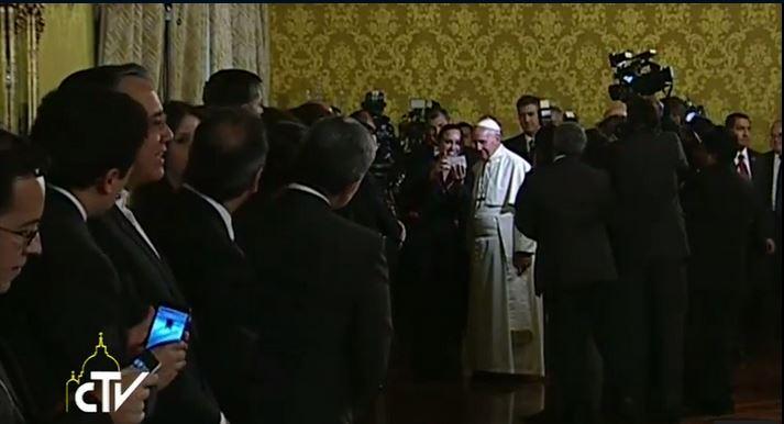 La presidenta de la Asamblea Nacional, Gabriela Rivadeneira, se toma una selfie con el papa Francisco. Captura de pantalla de la transmisión durante la visita del Papa al Palacio de Carondelet .