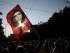 """Un pensionista ondea una bandera con la imagen del revolucionario argentino Ernesto """"Che"""" Guevara durante una protesta anti austeridad en Atenas, el martes 23 de junio de 2015. (AP Foto/Petros Giannakouris)"""