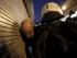 Un policía arresta a un manifestante herido durante una protesta contra el paquete de medidas acordado entre el Gobierno griego y los acreedores, en Atenas, Grecia, hoy, miércoles 15 de julio de 2015. EFE/Yannis Kolesidis