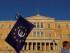 Un manifestante partidario del euro sostiene una bandera de la Unión Europea con el símbolo de la moneda única en su interior durante una manifestación delante del parlamento, en la plaza Syntagma, en Atenas. (Foto AP/Petros Karadjias)
