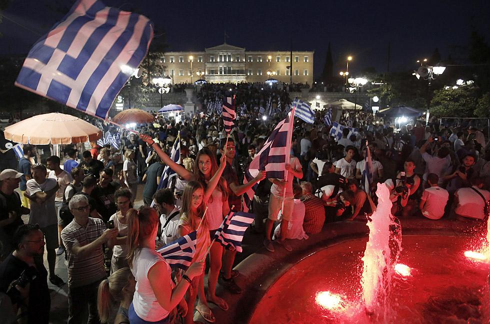 miles de griegos se concentran en la plaza Syntagma de Atenas para celebrar el triunfo del 'no'. YANNIS KOLESIDIS (EFE)