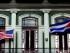 En esta fotografía del 19 de enero de 2015, una bandera cubana y una estadounidense ondean en el balcón del Hotel Saratoga en La Habana. El presidente Barack Obama anunciará el miércoles 1 de julio que Cuba y Estados Unidos han llegado a un acuerdo para abrir embajadas en La Habana y Washington, dijo un alto funcionario estadounidense. (Foto AP/Ramón Espinosa/Archivo)