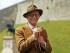 El actor británico John Hurt posa tras ser nombrado caballero por la reina Isabel II, el viernes 17 de julio del 2015 en el Castillo de Windsor, Inglaterra. (Steve Parsons/PA via AP)
