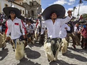 Indígenas bailan el 25 de junio de 2015, en Cotacachi (Ecuador). EFE/José Jácome