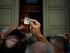 Un hombre sostiene un papel con su posición en la fila mientras espera, junto a otros pensionistas, en la puerta del banco nacional de Grecia para retirar un máximo de 120 euros (134 dólares) en el centro de Atenas, el 10 de julio de 2015. (Foto AP/Emilio Morenatti)