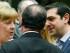 La canciller alemana Angela Merkel, izquierda, dialoga con el presidente francés Francois Hollande, centro, y el primer ministro griego Alexis Tsipras durante una reunión de jefes de Estado de la eurozona en Bruselas, el domingo 12 de julio de 2015. (Foto AP)