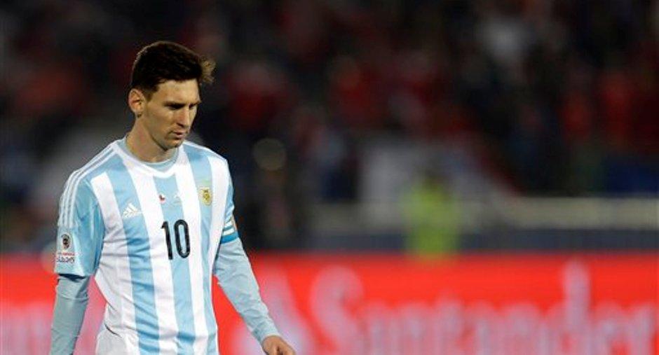 El jugador de Argentina, Lionel Messi, durante la definición por penales que Argentina perdió ante Chile por la final de la Copa América el sábado, 4 de julio de 2015, en Santiago, Chile.(AP Photo/Natacha Pisarenko)