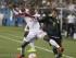 El mexicano Jonathan Dos Santos (8) disputa el balón con el trinitario Keron Cummings en el primer tiempo del partido de la Copa Oro de la CONCACAF en Charlotte, Carolina del Norte, el miércoles 15 de julio de 2015. Cummings anotó dos de los goles de Trinidad y Tobago en el empate de 4-4 ante México. (Foto AP/Chuck Burton).