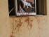 Una pared manchada de sangre y una ventana rota muestran parte del daño ocasionado por la explosión de una bomba que mató al menos 25 personas en Zaria, Nigeria, el martes 7 de julio de 2015. (Foto AP)