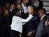 El presidente Barack Obama es abrazado por su media hermana Auma Obama, acompañado del presidente de Kenia Uhuru Kenyatta, derecha, a su llegada al Aeropuerto Internacional Jomo Kenyatta, en Nairobi, Kenia, el viernes 24 de julio de 2015. (Foto AP/Ben Curtis)