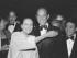 """La actriz Dolores del Río con el diseñador de moda Oscar de la Renta el 7 de mayo de 1981 en Nueva York. La actriz es protagonista de """"La otra"""" (1946), una de las películas que el Museo de Arte Moderno de Nueva York mostará en julio como parte de un ciclo de cine negro mexicano. (Foto AP/archivo)"""