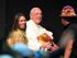 """El papa Francisco saluda a uno de los participantes en el II Encuentro Mundial de Movimientos Populares en Santa Cruz, Bolivia, el jueves 9 de julio de 2015. En su discurso, el pontífice pidió perdón por los """"crímenes"""" que la iglesia cometió contra los indígenas durante la conquista de América. (Foto AP/Eduardo Verdugo)"""