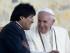 """El presidente boliviano Evo Morales regaló al papa Francisco una """"chuspa"""", una bolsa que la gente usa en Bolivia para llevar hojas de coca, aunque no se supo cuál eral su contenido. (Foto AP/Eduardo Verdugo)"""
