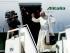 El papa Francisco se despide segundos antes de abordar el avión de Alitalia que lo llevaría de Santa Cruz, Bolivia, hacia Paraguay el viernes 10 de julio de 2015. (AP Photo/Eduardo Verdugo)