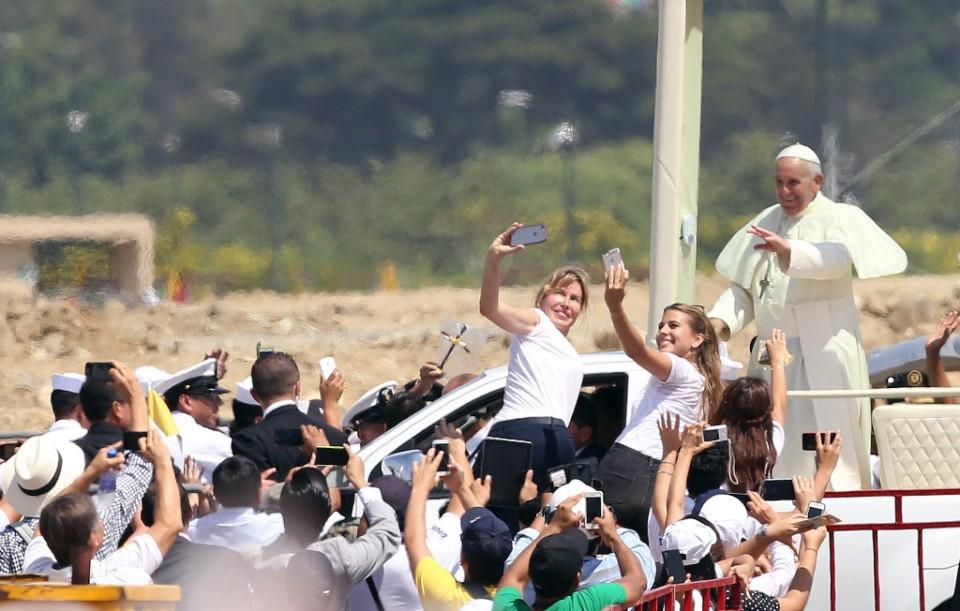 El papa Francisco saluda a la multitud mientras avanza en el papa móvil a través del parque los Samanes en Guayaquil, Ecuador, el lunes 6 de julio de 2015. (AP Photo/Fernando Vergara)