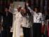 El papa Francisco saluda junto a tres jóvenes en la costanera hoy, domingo 12 de julio de 2015, en Asunción (Paraguay), durante su ultimo día de visita al país. EFE/Andrés Cristaldo