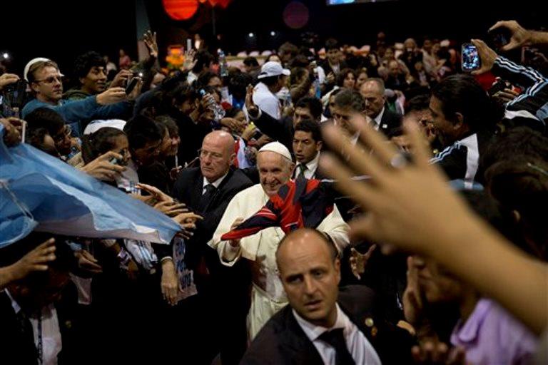El papa Francisco camina entre la multitud en Santa Cruz, Bolivia, 9 de julio de 2015. El papa Francisco concluye el jueves 10 de julio de 2015 su viaje a Bolivia con una visita a los presos de la cárcel de Palmasola para escuchar sus testimonios y alentarles en su rehabilitación. (AP Foto/Rodrigo Abd)