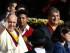El papa Francisco (i) saluda a los asistentes junto al presidente de Ecuador, Rafael Correa (d), hoy, domingo 5 de julio de 2015, en Quito, capital de Ecuador, en la primera parada en su gira latinoamericana, que lo llevará también a Bolivia y Paraguay. El papa Francisco instó hoy a los ecuatorianos a fomentar el diálogo y la participación sin exclusiones en su discurso en el aeropuerto de la capital ecuatoriana. EFE/Jose Jacome Rivera