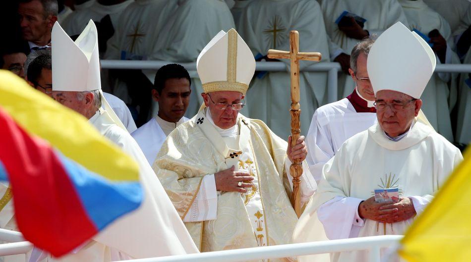 El papa Francisco (c) termina una misa campal hoy, lunes 6 de julio de 2015, en el Parque Samanes de Guayaquil (Ecuador). EFE/Leonardo Muñoz