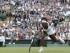 La tenista Serena Williams devuelve un disparo de Victoria Azarenka durante el encuentro de cuartos de final de Wimbledon el martes 7 de julio de 2015. (Foto AP/Pavel Golovkin).