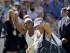 La tenista estadoundiense Serena Williams (i) celebra su victoria sobre la rusa Maria Sharapova (d) durante el partido de semifinales del torneo de tenis de Wimbledon que ambas disputaron en el All England Lawn Tennis Club en Londres (Reino Unido), hoy 9 de julio de 2015. EFE/Gerry Penny.