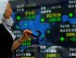 Una mujer observa el tablero electrónico de los indicadores bursátiles en una firma de inversión en Tokio, el lunes 6 de julio de 2015. La incursión de Grecia hacia lo desconocido con el rechazo a los términos establecidos por sus acreedores internacionales está sacudiendo los mercados bursátiles. (Foto AP/Shizuo Kambayashi)