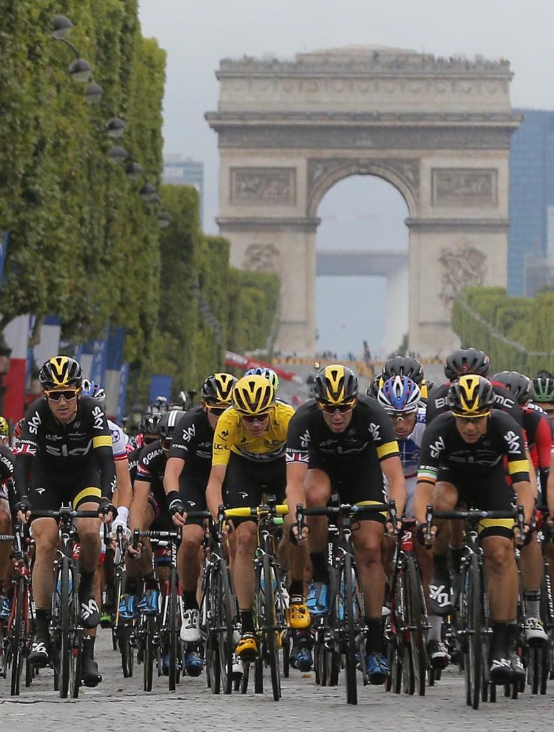 El británico Chris vestido con la camiseta amarilla del líder hace el recorrido por los Campos Elíseos de París en la etapa final de la Tour de Francia el domingo 26 de julio de 2015.  (Foto AP/Christophe Ena)