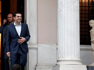 El primer ministro griego, Alexis Tsipras, sale de su oficina tras una reunión del gabinete en Atenas. (AP Foto/Yorgos Karahalis)