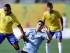El brasileño Raphael Guimaraes (izquierda) disputa un balón con el uruguayo Fernando Gorriarán en la semifinal del fútbol de los Juegos Panamericanos, el jueves 23 de julio de 2015. (AP Foto/Gregory Bull)