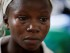 En esta foto del 11 de agosto del 2015, la sobreviviente de ébola Victoria Yillia llora al recordar a sus familiares, que murieron por la enfermedad, en una sala de maternidad en el hospital de Kenema, en las afueras de Freetown, Sierra Leona. Yillia, que dio a luz a poca distancia del pabellón en el que apenas el año pasado estuvo entre la vida y la muerte, perdió a todos sus familiares cuando el virus azotó su comunidad. (Foto AP/Sunday Alamba)