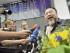 MÚNICH (ALEMANIA) 30/07/2015 .- El artista y crítico del régimen chino, Ai Weiwei, se dirige a la prensa a su llegada al aeropuerto de Múnich, Alemania, hoy 30 de julio de 2015. Weiwei puede viajar de nuevo al extranjero después de que las autoridades le devolvieran su pasaporte la semana pasada. El artista, abiertamente crítico con el régimen de su país, fue detenido en 2011 de camino a Hong Kong. EFE/Peter Kneffel