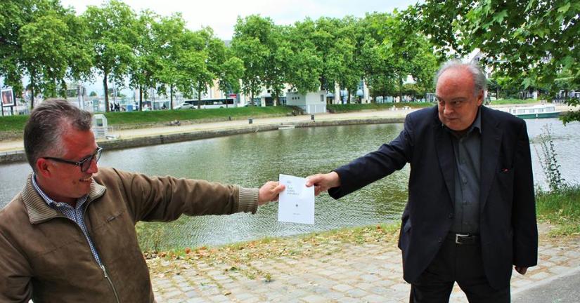 """Batalla campal de Nantes entre los escritores Enrique Vila-Matas y Leonardo Valencia, a la orilla de los canales del Loira, por el último ejemplar de """"Las aguas estrechas"""" de Julien Gracq. (Foto de David Troya)"""