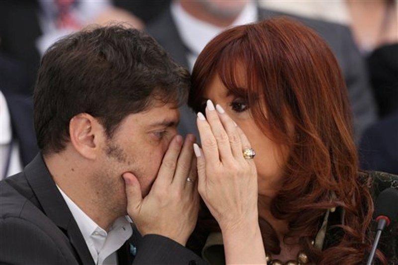 En esta imagen del viernes 17 de julio de 2015, la presidenta argentina, Cristina Fernández, a la derecha, habla con su ministro de Economía, Axel Kicillof, durante una cumbre de Mercosur en el palacio de Itamaraty, en Brasilia, Brasil. (AP Foto/Joedson Alves)