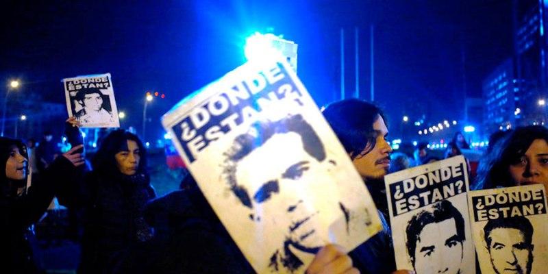 Cientos de personas llegaron hasta Plaza Italia para manifestarse tras la muerte del ex jefe de la Dina, Manuel Contreras. Foto: latercera.com