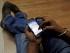 En esta foto de archivo del 18 de mayo de 2012, un hombre recorre el sitio de Facebook en su teléfono celular en Mumbai, India. Mil millones de personas entraron a Facebook el lunes 24 de agosto de 2015, la primera vez que se alcanza semejante cifra en un solo día. Mil millones de personas equivalen a la séptima parte de la población mundial.(AP Foto/ Rajanish Kakade)