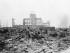 En esta imagen, tomada el 8 de septiembre de 1945, un reportero extranjero de pie sobre los escombros ante los restos de un edificio que en su día fue un centro de exposiciones y sede gubernamental en Hiroshima, Japón, un mes después del lanzamiento de la primera bomba atómica lanzada en una guerra, por fuerzas de Estados Unidos, el 6 de agosto de 1945. (Foto AP/Stanley Troutman, archivo)